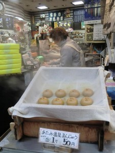 Einkaufsmeile mit frischen Süsswaren, die sofort verkostet werden