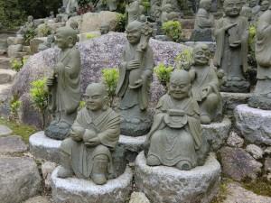 viele kleine Budhas